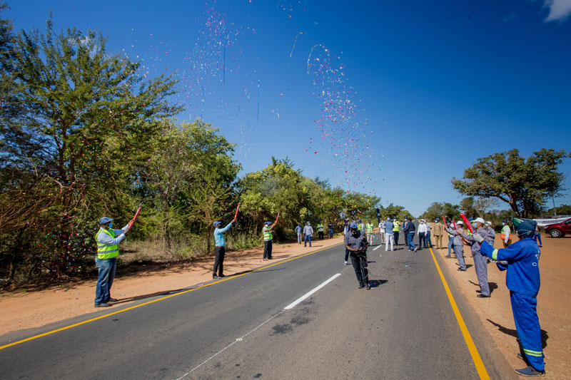 Ministers celebrate at the handover of the rehabilitated 35 km stretch of National Road Number 1 (EN1)